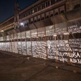 Escriben nombres de víctimas de feminicidio en las vallas de protección del Palacio Nacional