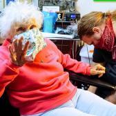 Abuelita se hace su primer tatuaje tras salir de cuarentena