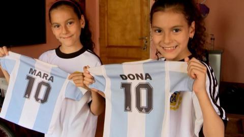 Las gemelas nombradas Mara y Dona en homenaje al 'Pelusa'