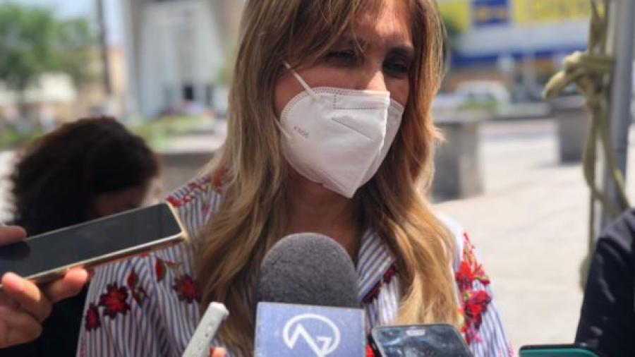 Exhortan a adultos mayores a protegerse del calor al salir a vacunarse