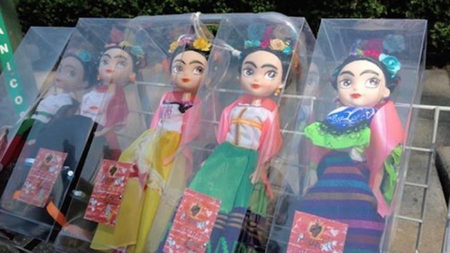Abuelita conquista las redes sociales al vender muñecas de Frida Kahlo