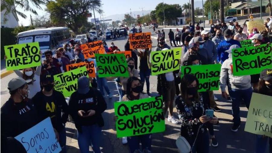 Dueños de gym's se manifiestan frente a Casa Tam