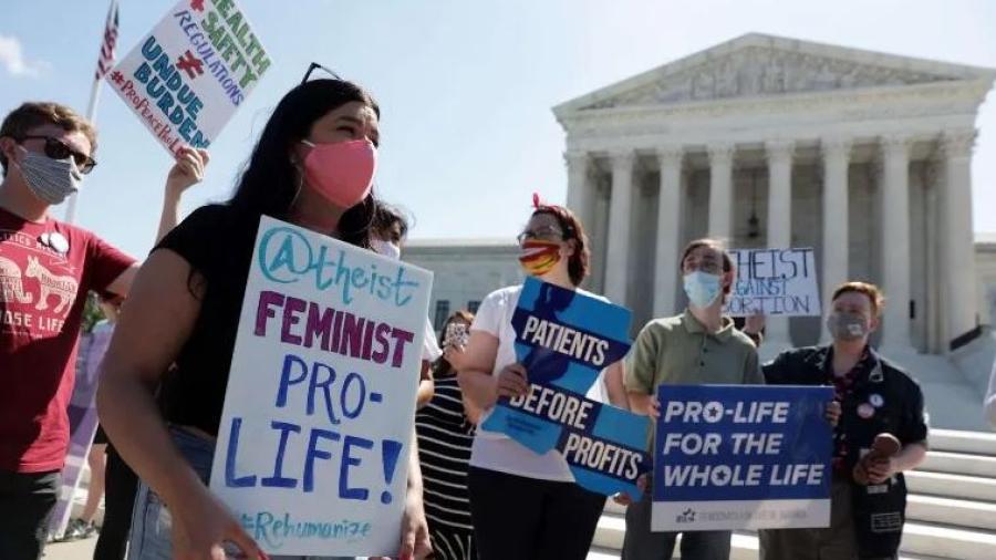 Corte de EU bloquea ley que restringía el derecho al aborto