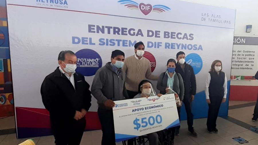 Entrega DIF Reynosa becas del programa Avanzando Contigo
