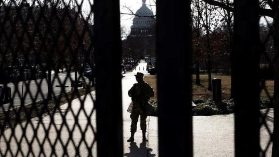 Arrestan a hombre cerca del Capitolio con balas y una pistola