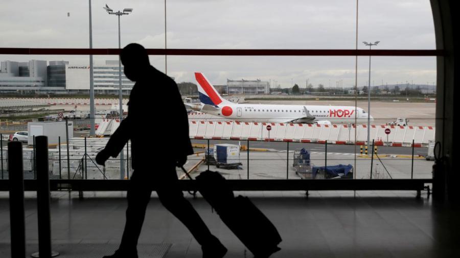 Francia suspende vuelos con Brasil por su variante de Covid-19
