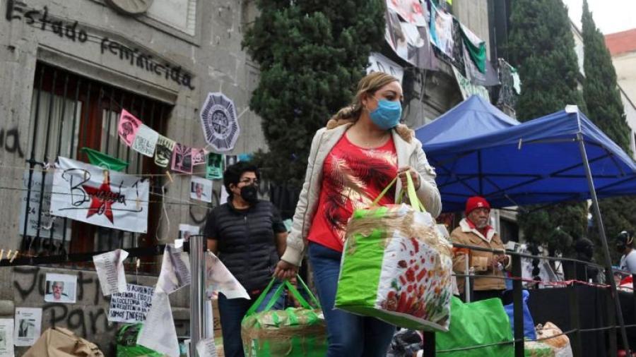 Familiares de víctimas salen de la CNDH; feministas se quedan