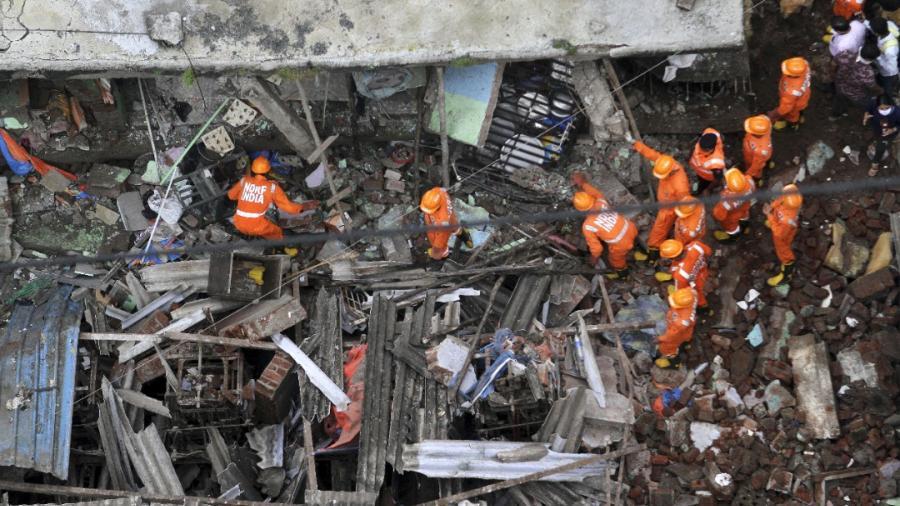 Al menos 10 muertos tras derrumbe de edificio residencial en India