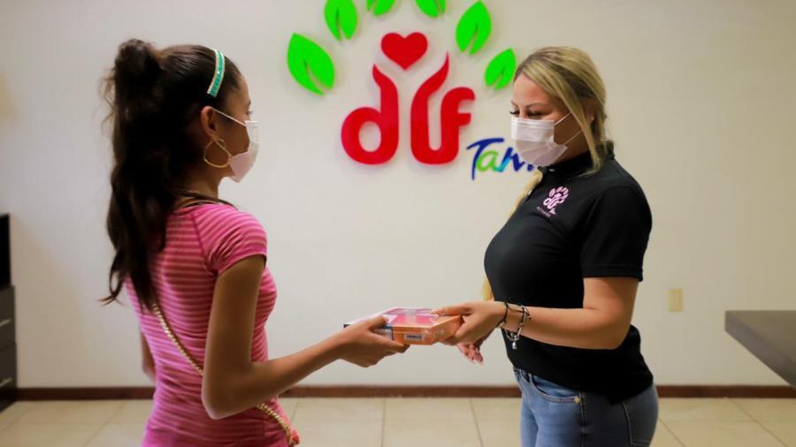 Entrega Alma Laura Hernández tablets a estudiantes en situación vulnerable
