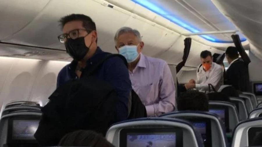 AMLO recibe insultos y gritos a bordo de un vuelo comercial