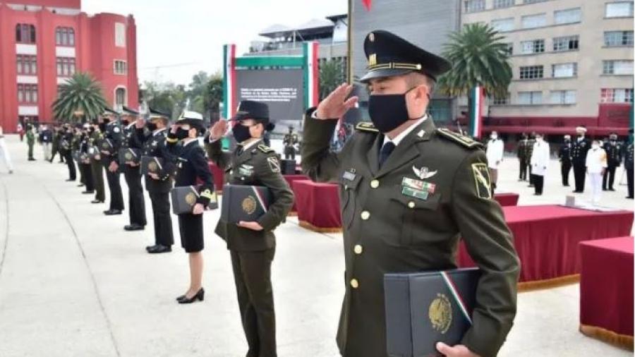Condecora AMLO a militares y personal médico en celebración de la Revolución Mexicana