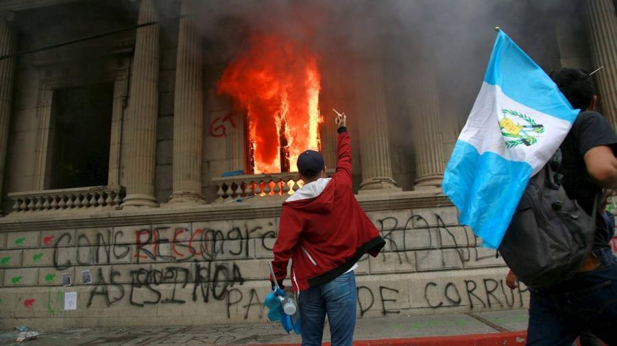 Protestantes en Guatemala incendian instalaciones del Congreso