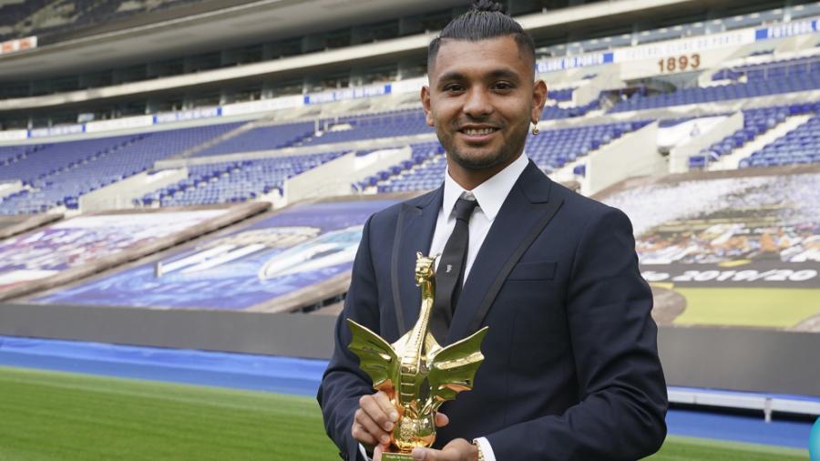 'Tecatito' recibe premio del mejor futbolista del Porto