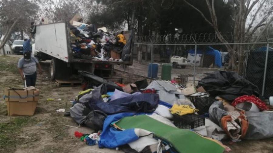 Tiran pertenencias de migrantes que ya cruzaron al lado americano