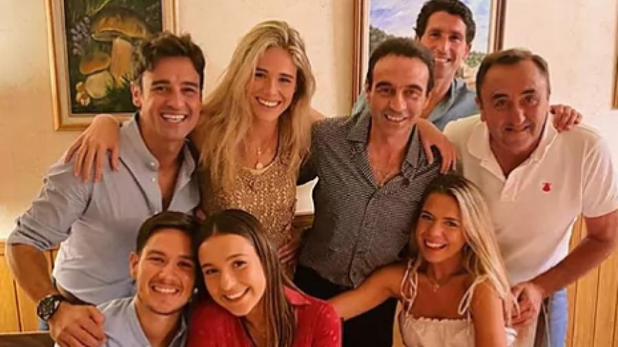 Enrique Ponce es parte de la pandilla de su novia Ana Soria