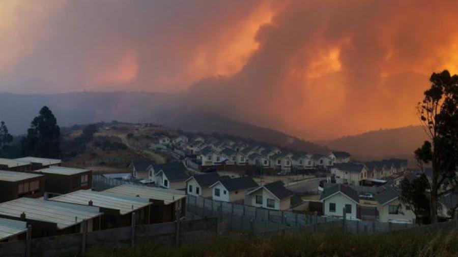 Por incendio forestal, evacuan a 25 mil chilenos