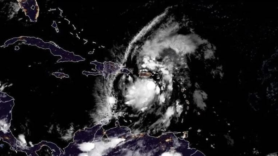 """Tormenta """"Isaías"""" llega a Puerto Rico con viento y lluvia"""