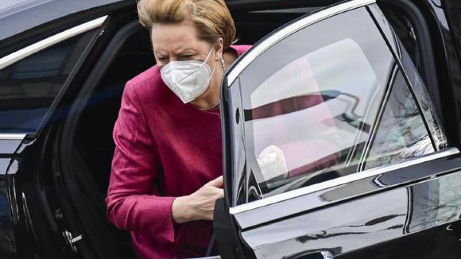 Recibe Angela Merkel primera dosis de vacuna de AstraZeneca
