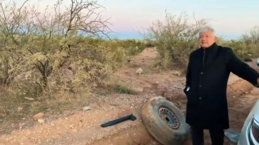 Camioneta de AMLO sufre ponchadura en camino de terracería