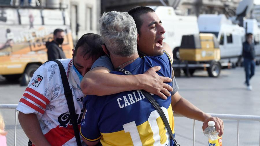 Miles de personas dan último adiós a Maradona en la Casa Rosada en Argentina