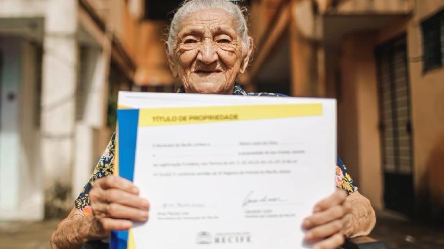 Mujer de 114 años celebra haber comprado su propia casa