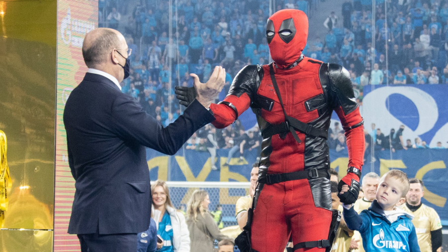 Se disfraza de Deadpool para recoger su medalla de campeón